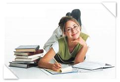 Bachillerato (foto alumna tumbada haciendo deberes)