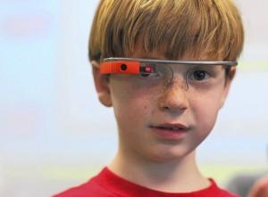 Google Glass. Peter Eiswert  de primer curso de primaria  (primer grado) usa Google Glass para realizar fotos y vídeos durante el día de las naciones unidas en la St. James Academy el 3 de abril