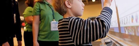 Alumno interactuando con pizarra electrónica