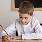 niño haciendo deberes en casa